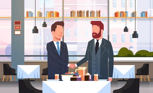 Deux hommes d'affaires, poignée de main, couple, hommes affaires, poignée main, pendant, réunion, dans, accord restaurant, partenariat, moderne, café, intérieur