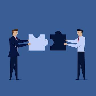 Deux hommes d'affaires unissent le puzzle