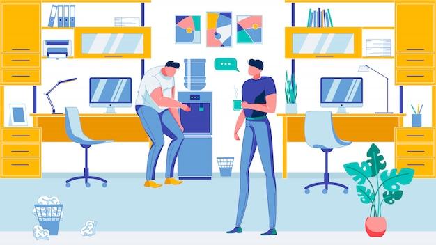 Deux hommes travaillant dans le bureau, prenant une pause café.