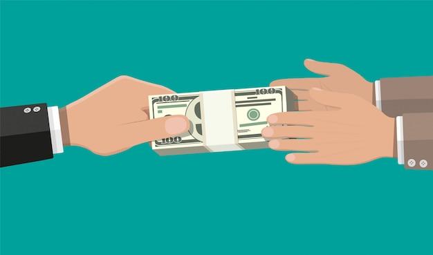 Deux mains d'homme d'affaires, donnant de l'argent.