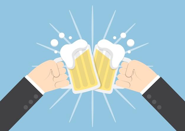 Deux mains d'homme d'affaires griller des verres de bière