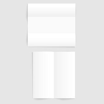 Deux modèles de papier plié blancs vierges sur gris avec ombres