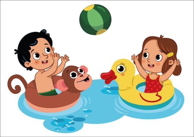 Deux petits enfants jouant dans l'eau avec ballon de plage activité de plein air isolé sur blanc