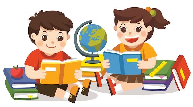 Deux petits enfants tenant des livres ouverts et la lecture