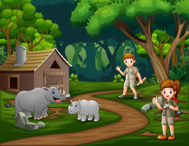 Deux scouts explorent au zoo
