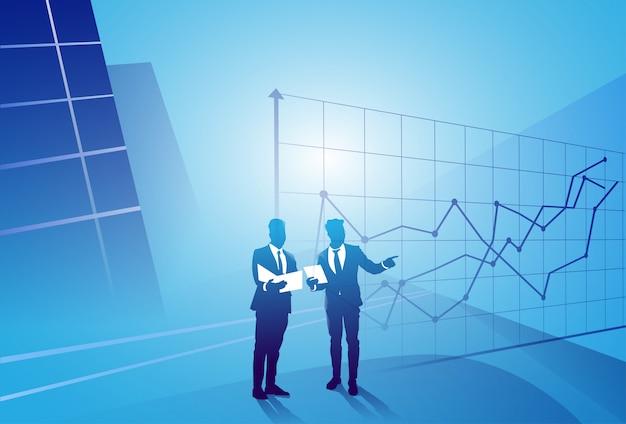 Deux, silhouette, homme affaires, discussion, discuter, rapport, document, document, graphique, finance, concept, réunion, homme affaires