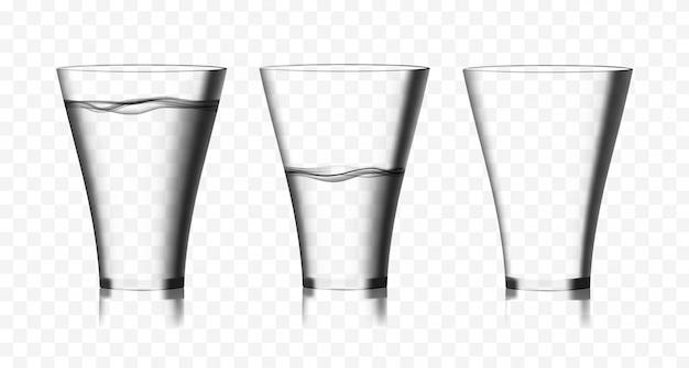 Deux verres transparents d'eau pure et un verre vide