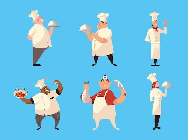 Différents chefs en uniforme avec plat à soupe de poisson et couteau sur bleu