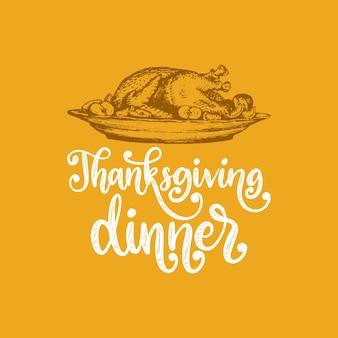 Dîner de thanksgiving, lettrage à la main sur fond jaune. illustration vectorielle de plat de dinde pour invitation, modèle de carte de voeux.