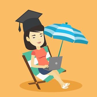 Diplômé allongé dans une chaise longue avec ordinateur portable.