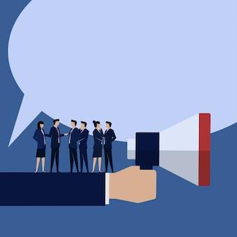 Discussion d'annonce d'homme d'affaires avec l'équipe.