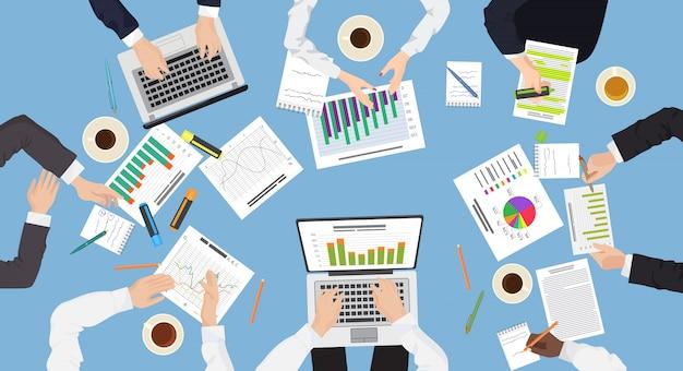 Discussion en équipe sur la gestion des affaires