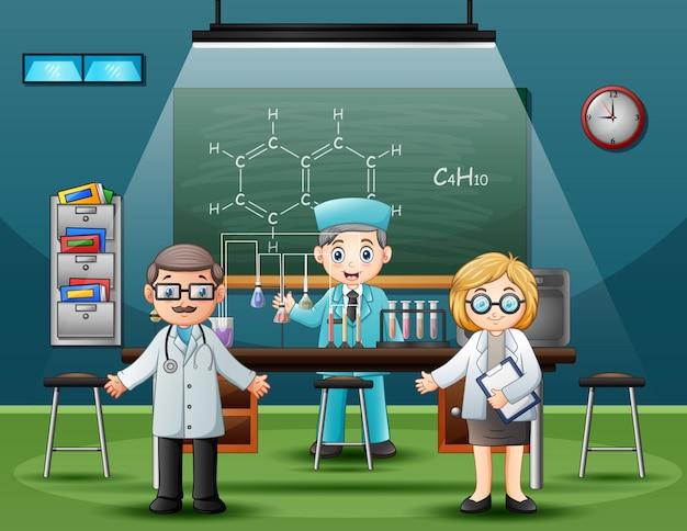 Docteur avec chimiste professionnel faisant des recherches