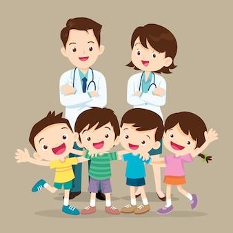 Docteur et enfants mignons heureux