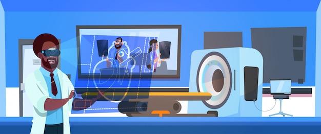 Docteur en lunettes vr examine les résultats de l'analyse irm sur un scanner de machine