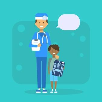Docteur en médecine avec enfant tenant le concept d'examen hôpital ray x