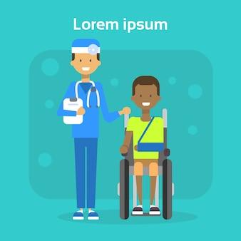 Docteur en médecine avec jeune homme sur une chaise roulante heureux afro-américain mâle handicapé souriant assis sur le concept de handicap