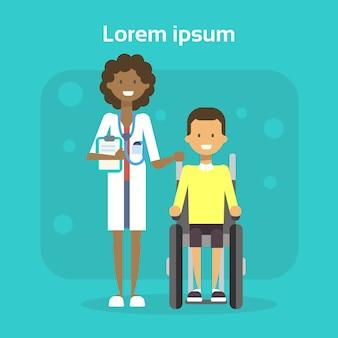 Docteur en médecine avec un jeune homme sur une chaise roulante, un homme heureux handicapé souriant, assis sur un concept d'invalidité en fauteuil roulant