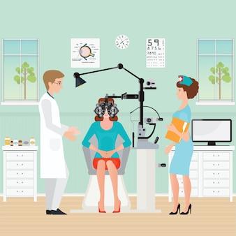 Docteur et patient à l'ophtalmologue avec phoropter
