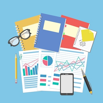 Les documents et graphiques sur le bureau. concept pour la planification d'entreprise et la comptabilité, l'analyse, l'audit financier, l'analyse seo, l'audit fiscal, le travail, la gestion. lunettes, ordinateur portable, smartphone.
