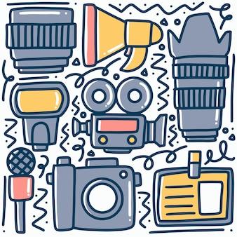Doodle multimédia de divers équipements dessinés à la main avec des icônes et des éléments de conception