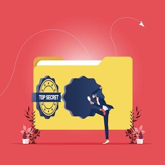 Dossier papier avec un timbre top secret avec homme d'affaires tenant une loupe