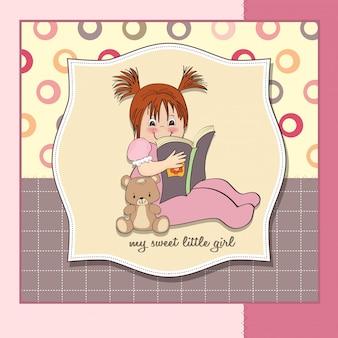 Douce petite fille lisant un livre