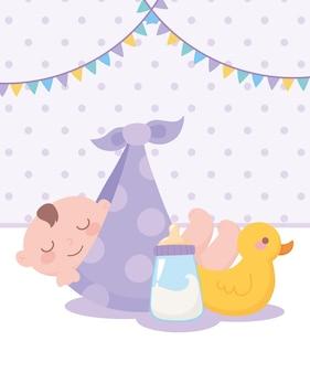 Douche de bébé, bébé garçon dans une couverture avec du canard et du lait en bouteille, célébration bienvenue nouveau-né