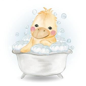 Douche de canard bébé mignon dans la baignoire