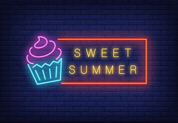 Doux texte d'été au néon dans un cadre avec de la glace. annonce saisonnière d'offre ou de vente