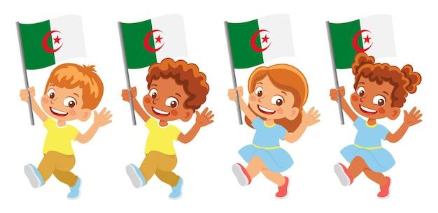 Drapeau de l'algérie à la main. enfants tenant un drapeau. drapeau national de l'algérie