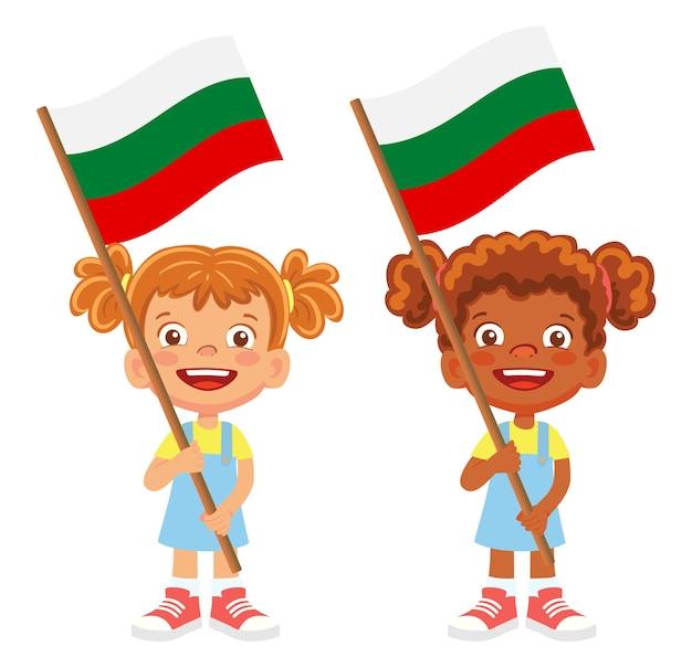 Drapeau de la bulgarie en main. enfants tenant un drapeau. drapeau national de la bulgarie
