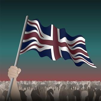 Drapeau ondulant britannique dans la main parmi la foule