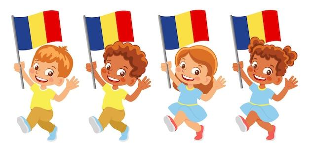 Drapeau de la roumanie en main. enfants tenant un drapeau. drapeau national de la roumanie