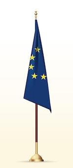 Drapeau de l'union européenne sur un support en or. drapeau de l'ue sur mât.