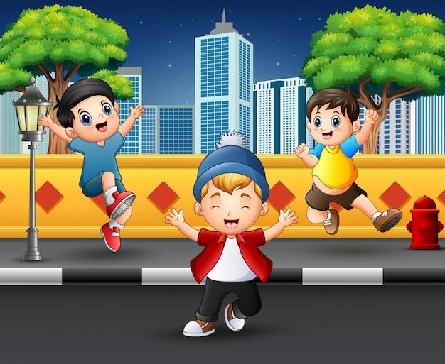 Drôle enfants sautant et riant sur le trottoir