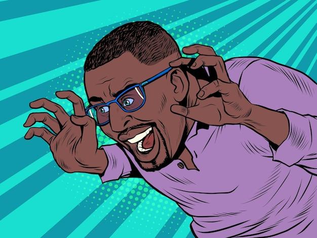 Un drôle d'homme afro-américain noir fait peur à l'humeur d'halloween, une blague amicale