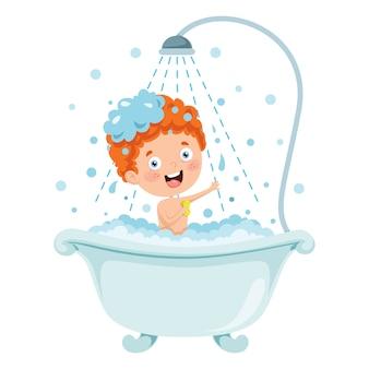 Drôle petit enfant ayant un bain