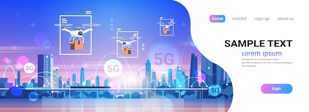 Drones survolant la ville 5g réseau de communication en ligne systèmes sans fil connexion concept de livraison express cinquième génération innovante d'internet paysage urbain fond copie horizontale