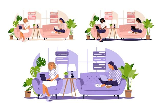 Du travail en indépendant. les filles travaillent à l'ordinateur à la maison sur le canapé. concept indépendant ou étudiant. les filles ont beaucoup de travail. d'étudiant étudiant à la maison. plat.