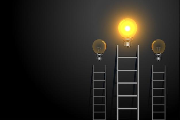 Échelle de concept de réussite avec ampoule rougeoyante