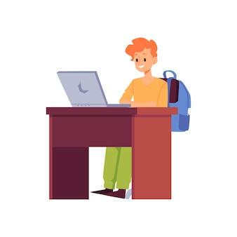 Écolier à l'aide d'un ordinateur portable en classe - éducation en ligne