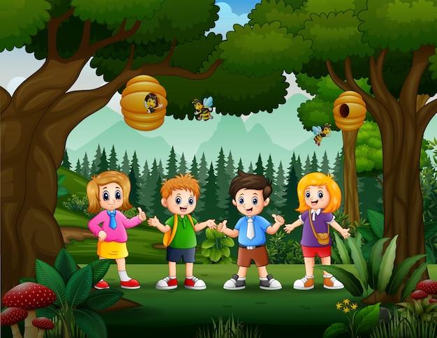 Écolier heureux et fille dans le parc