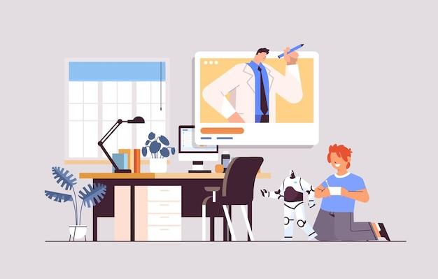 Écolier jouant avec un jouet robotique radiocommandé et discutant avec un enseignant lors d'un appel vidéo communication en ligne d'auto-isolement