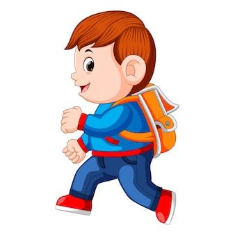 Un écolier avec des sacs à dos à pied
