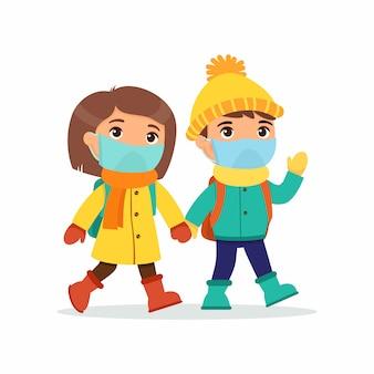 Écolière et écolier allant à l'illustration plate de l'école. élèves de couple avec des masques médicaux sur leurs visages, tenant par la main des personnages de dessins animés isolés. deux élèves du primaire