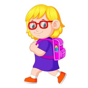Une écolière avec des sacs à dos à pied