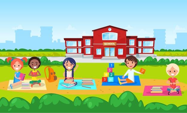 Éducation à l'école, enfants de la maternelle sur la pelouse