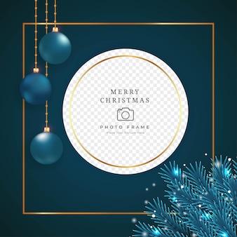 Éléments de cadre photo de noël sur fond sombre. cadre photo avec feuille bleue et boules de décoration. conception de cadre photo de vacances avec des flocons de neige, des boules bleues et des feuilles de pin.