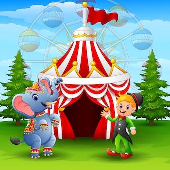 Éléphant de cirque et elfe vert sur le fond de la tente de cirque